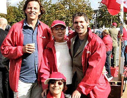 2004 - Tijdens de demonstratie in Amsterdam gingen de dames Rietje Koole en Truus de Graaf graag op de foto met Bert Koenders en Egon Adel