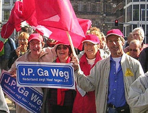 2004 - op 4 oktober was er een grote demonstratie in Amsterdam en natuurlijk was Hellevoetsluis daarbij vertegenwoordig. Rechts Truus de Graaf en Hans Koole.