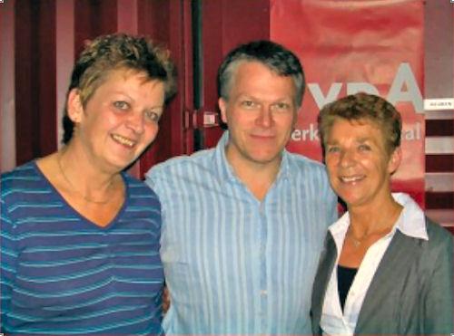 2005 - Wouter Bos, onze toenmalige partijleider, opende met een druk op de knop onze nieuwe website. Links Esther, midden Wouter en rechts webmaster Truus.