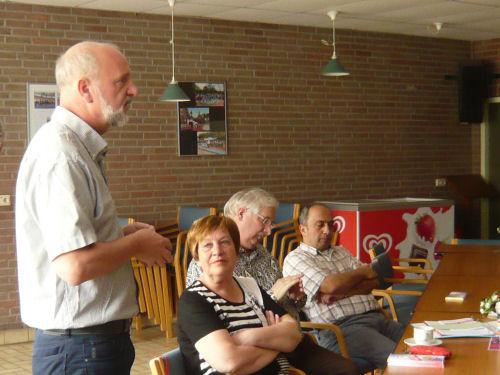 Henk spreekt, als fractievoorzitter, de aanwezigen toe