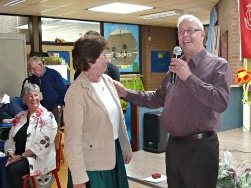 Corrie krijgt haar speldje voor 50 jaar lidmaatschap