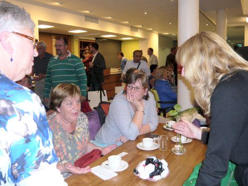 Een deel van de Hellevoetse delegatie in gesprek