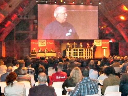 Daan legt aan een goed bezocht congres uit waarom Hellevoetsluis een amendement heeft ingediend...
