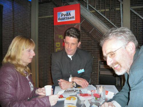 Hennie in gesprek bij de stand van PvdA duurzaam...