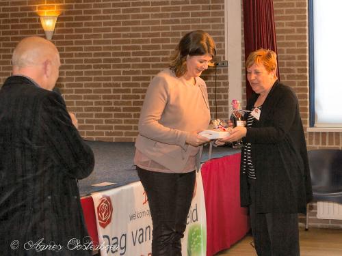 Joyce Vermuë, ons 2de Kamerlid, wordt bedankt met een klein presentje...