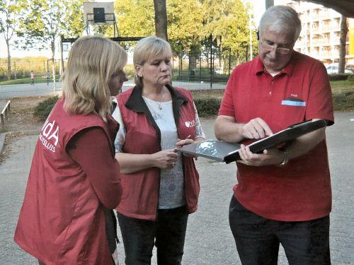 Hennie, Agnes en Daan bespreken de werkzaamheden...